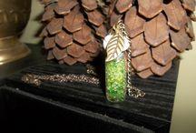 Mis creaciones botellozas <3 / Collares  pulseras ya ros de botella de vidrio con distintos motivos y temáticas.