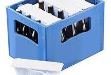 ice2Go / Beim Picknick, bei der Grillparty, im Kofferraum, am Strand, im Handwagen… überall hält der Kühler die Getränke kalt. Kühlakkus mit Wasser befüllen, einfrieren und in handelsübliche Getränkekästen setzen. Der Bierkühler funktioniert nach dem Prinzip der Konvektion: Kalte Flüssigkeit fällt zum Flaschenboden, wärmere bewegt sich nach oben. Um den ganzen Inhalt zu kühlen reicht es deshalb aus, dass nur der Flaschenhals in direktem Kontakt mit dem Kühler steht.