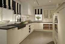Küche U-Form / Wer viel Stauraum benötigt und über einen großen Küchenraum verfügt, kann mit der U-Form glücklich werden: Genügend freie Flächen zum Arbeiten und Schnippeln, viel Platz für elektronische Geräte - und bei Bedarf sogar ein Tresen als Küchentisch.