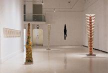 Louise Bourgeois / Pequeñas figuras, bustos cosidos, figuras totémicas y celdas-vitrinas, la mayoría realizadas en(2000-2004), componen una exposición completada por su mejor conjunto de grabados y poemas en los que relata historias de soledad y pérdida.