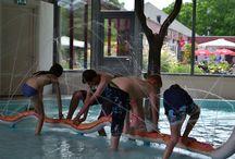 Overdekt zwembad 'Poelsnip' / Het is altijd 'zwemweer' op camping Wedderbergen. Bij mooi weer schuiven het dak en de zijwanden (op het zuiden) gedeeltelijk open. Naast zwemmen in het grote bad met stroomversnelling, bubbelbank en buisglijbaan kun je ook spelen in het peuterbad met waterspuwende dieren.  Het zwembad is uitgerust met een groot binnen en buiten terras, verschillende speeltoestellen en koffie- en snackcorner.