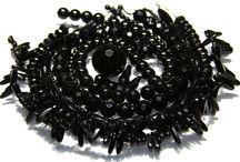 Onyx / Een klassiek sieraad geef je extra charme wanneer je hier zwarte Onyx kralen in verwerkt. Onyx kralen zijn verkrijgbaar in alle soorten en maten. Glad, facet geslepen, Onyx kralen in druppel vorm, het aanbod in Onyx kralen is echt enorm.