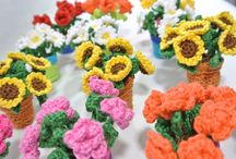 mini bloempjes in een potje / Haak je eigen bloempotjes met kleine bloempjes. Ze zijn 8 cm hoog en verdienen een mooie plek in huis. In de werkbeschrijving zijn de roosjes, margrieten, tulpen, zonnebloempjes en de potjes beschreven