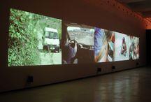 """Hannah Collins / La exposición """"La Calle. The Street"""" reúne un total de ocho fotografías de gran formato y dos vídeos realizadas entre 1995 y 2003 en escenarios tan diferentes como Barcelona, Polonia y Calcuta.  Collins es una de las más importantes artistas del contexto artístico internacional de la actualidad."""