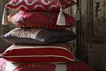 Colección Opera / Colorida y espectacular, Opera ofrece una puesta en escena magnífica. Motivos jacobinos, estampados florales y damascos son representados a través de cuidados bordados y apliques en diferentes tonalidades, todas ellas en perfecta sintonía con las nuevas tendencias de color para esta temporada.