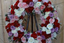Kränze, Sargschmuck und andere Blumen zur Trauer