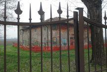 Casali lungo la via Emilia / Reportage sui casali emiliani tra Bologna e Modena. Architettura  secolare in via di abbandono.