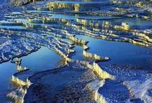 Pamukkale - Turchia / 25 marzo 2015 - Pamukkale è un importante centro turco per i turisti che viaggiano dalle coste dell'Adalia e del Mar Egeo per vedere questo luogo che, in coppia con Hierapolis, è uno dei Patrimoni dell'umanità dell'UNESCO. Esistono pochi luoghi al mondo simili a questo, ad esempio le Mammoth Hot Springs negli USA, le terme di Saturnia in Italia, e Huanglong nella provincia cinese di Sichuan (altro sito dell'UNESCO).
