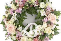Flori condoleanțe și regret / Aranjamentele florale din aceasta categorie sunt realizate pentru a fi trimise persoanelor care au suferit o pierdere, pentru a le arata ca sunteti alaturi de ele si a le trimite condoleantele dumneavoastra si gandurile de regret si tristete in aceste momente dificile.