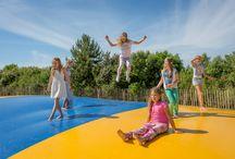 Speeltuinen / Lekker spelen op vakantie? Dat kan in de binnen- en buitenspeeltuinen tijdens je vakantie op Strandpark De Zeeuwse Kust. Glijden, schommelen, zandkastelen bouwen, in de ballenbak of een filmpje kijken! Beleef het mee in Renesse!