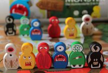 """Monster-Brettspiel: AUF DIE MONSTER von Spieltz / Das MONSTER-Brettspiel von Spieltz! Familienspiel für 2 – 8 Spieler ab 6 Jahren, Spieldauer etwa 30 Minuten. 2-in-1 Monster Brettspiel: Auf dem Spielplan sind 2 lustige Spiele spielbar: """"Auf die Monster"""" – das Monster-Wettspiel und """"Auf, die Monster"""", das Monsterrennen!"""