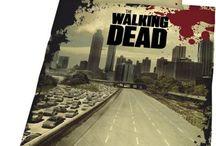 The Walking Dead / The Walking Dead è una serie TV americana scritta da Frank Darabont e basata su una serie di fumetti omonima curata da Robert Kirkman, Tony Moore e Charlie Adlard. La storia inizia con il risveglio dal coma dell'agente Rick Grimes, che si ritrova catapultato in un mondo dominato dagli zombie. Da qui prendono vita le vicende dello sceriffo e dei pochi superstiti all'apocalisse zombie, alla ricerca di un luogo sicuro.