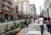 Parklet / Se denomina parklet a un pequeño espacio que sirve como una extensión de la acera para proporcionar confort y espacios verdes a las personas que utilizan la calle . Normalmente es el tamaño de varias plazas de aparcamiento,  extendiéndose hacia fuera de la acera.  El primer Parklet oficial fue construido en San Francisco en el año 2010.