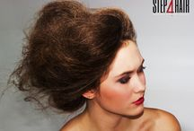 Hello Spring! / Stylizacje z wybiegów teraz także na naszej platformie! Wiosna inspiruje! Przedstawiamy Wam drugą z trzech stylizacji fashion. Pozostajemy przy temacie puszystych hair trendów i tworzymy niebanalny look. Karbowane objętości spinamy tak, aby sprawiały wrażenie niedbałego upięcia, z którego wymykają się pasma. Naturalnie i lekko!  Kategoria: Stylizacja Technika: 3 stylizacje w stylu fashion Edukator: Dawid Ślusarczyk