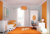 ELISSE ORANGE / Pomarańcz to barwa symbolizująca entuzjazm, zabawę i kreatywność. Mocny akcent na białych meblach to z jednej strony minimalizm, a z drugiej możliwość wprowadzenia do pokoju Dziecka ulubionego koloru