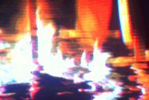 Mood board Artify / LOGGA - Symbol med simpel text under - Retromodernt: Modernt med flört till gammal teknik - Computer/Gammal tv/90s hemma film - Glitcheffekt - Pixligt   TEXT - Logga som är snygg i stillbild för tryck etc, men också har en rörelse/glitch i på hemsida i filmer etc. Texten i Loggan är stilla. När texten står förs sig själv utan logga finns det en glitch i. Referens till Idas exempel där bilder rör sig överallt  FÄRG - Blått&rosa - Bleka - Ljus/färg utgår från mörker - Holografik