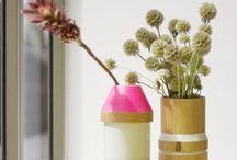 Adonde le vase qui s'amuse / Pas besoin de se préoccuper de la taille du bouquet que vos amis vous offrent. Il suffit de jouer avec les empilements des 3 pièces de ce vase en bois et en grès pour trouver la combinaison idéale.