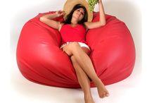 Holiday babzsák kanapé / A Holiday babzsák kanapé az egyik legnagyobb és legkényelmesebb babzsákfotelünk. Abszolút kedvenc! Bármilyen pozícióban el lehet helyezkedni benne: belebújni, forogni, kucorogni…  Mind fekve, mind ülve használható! Fekvéskor felveszi a test alakját, és még a magasabbak is biztonsággal nyújtózkodhatnak rajta.  Ha egy körülölelő, bújós fészekre vágysz, akkor megtaláltad a partnered! Próbáld ki a Holidayt Te is!  Alap: 140 cm  Magasság: 80 cm  Térfogat: 950 l  Súly: 14,7 kg  Anyag: Műbőr