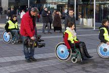 AKSON Road Show / Z okazji Międzynarodowego Dnia Osób Niepełnosprawnych odwiedziliśmy kilka miast w Polsce i zaproponowaliśmy lokalnym dziennikarzom przejażdżkę na wózku inwalidzkim. Akcję, której formuła nawiązywała do prezentacji samochodów zrealizowaliśmy dla firmy AKSON - jednego z największych w Polsce dystrybutorów sprzętu rehabilitacyjnego.