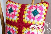 Cojines tejidos crochet / Almohadones o cojines, tejidos al crochet, en Granny Square. Diferentes diseños y colores. www.sofiasimagona.com