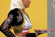 I costumi della Sardegna / La Sardegna è ricca di colori, non solo del mare e della montagna, ma anche dei costumi tipici che caratterizzano ogni singolo paese.