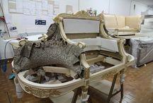 Produrre divani classici su disegno? Ecco come.... / In questo album vi facciamo vedere come produciamo un divano classico con struttura in legno intagliata a mano; tutte le lavorazioni sono state fatte all'interno del nostro laboratorio di Seveso (Milano)