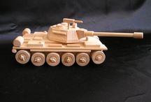 Tank T 72 - hračky ze dřeva / Parádní masivní tank ze dřeva na hraní. Pojezdová pohyblivá kola, otočná dělová věž a pohyblivý kulomet. Odolná hračka jak se sluší a patří na tank z Ruska. 230 x 130 x 90 mm