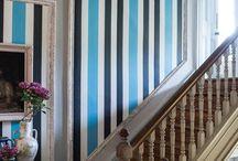 Tapeten mit Streifen / Streifen helfen, Räume optisch zu strecken oder zu verkleinern. Streifenmuster gibt es, seit es Tapeten gibt. Heute sind sie Teil vieler stylischer Innenraumdesigns umsetzen. Gerade britische Hersteller bieten eine vielfältige Auswahl. Auch bei uns im Shop unter www.meinewand.de.