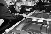 Serigrafia at work / Silkscreen, screenprinting. Tecnica di stampa di grafiche e immagini su ogni superficie.