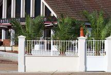 Pilier de portail et clôture 33 lisse-chanfreiné, gamme Décoration / Pilier de portail et clôture lisse et chanfreiné 33 cm, pilier d'entrée en béton préfabriqué (pierre reconstituée) monobloc, gamme Décoration, avec chapeau pointe de diamant.