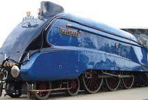 Locomotoras impulsadas con Tecnologia a Vapor / Locomotora Mallard tiene una medida aproximada de 21 metros de largo y pesa 165 toneladas, además está pintada de bello y típico azul del LNER con ruedas en color rojo y llantas en color acero.