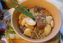 """Przepis na CZULENT / 1 kg mięsa mieszanego z karku, pręgi wołowej 0,50 kg mięsa drobiowego pierś, udko z kurczaka, gęsi lub indyka 15 dag suchego pęczaku 0,50 kg fasoli karłowej"""" Jaś """" lub Jaś tyczny  30 dag cebuli 10 dag selera 10 dag marchwi  Przyprawy – marynata, pieprz, słodka papryka, czosnek, tymianek, rozmaryn, cynamon, kminek, majeranek ,oliwa.  Sposób wykonania anmark.blog.pl"""