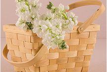 Cestini e Portafedi / I cuscini portafedi sono ideali per organizzare la cerimonia dei sogni. Oltre al classico cuscino per le fedi quadrato con nastrini di raso troverai anche forme più particolari per scegliere una finitura personale in tessuti diversi.  #weddingideas #weddinglove #weddingdecor #weddinginspiration
