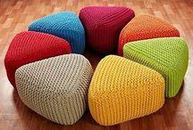 вязанные подушки на полу