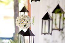 bord og blomster og pynt