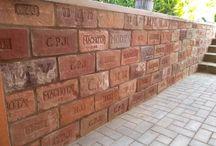 Múrik zo starých tehál / Krátky návod ako sa dá ozvláštniť obyčajný betónový múrik pri dome :)