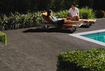 Bestrating Tuin | Designa / Inspiratie voor een strakke tuin met design elementen. De Designa-serie biedt strakke gebakken bestrating in diverse kleuren en vormen.