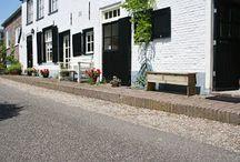 Dijkhuisje de Hank  / Dijkhuisje de Hank is gelegen aan de rivier de IJssel en ligt aan de achterzijde van het woonhuis van de eigenaresse op de begane grond. Het huisje heeft een eigen toegangsdeur. Slapen kunt u in een 2-persoons bedstede die is aangepast, zodat de hedendaagse mens er comfortabel in kan slapen. Daarnaast is er een kleine slaapkamer met een 1-persoonsbed. Het huisje is geschikt voor 2 volwassenen en 1 kind.