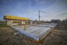 Nieuwbouw Parkwijk / De eerste fase van 21 woningen is bijna klaar. Half december krijgen de bewoners van de sociale huurwoningen de sleutel. In februari worden de 10 vrije sectorwoningen opgeleverd.  In Parkwijk bouwt Pré Wonen het nieuwbouwproject De Groene Linten. In 6 fasen worden 187 eengezinswoningen en 30 appartementen gerealiseerd. De woningen worden prefab gebouwd. Dat houdt in dat ze in de fabriek worden gebouwd en op de bouwplaats in elkaar worden gezet.