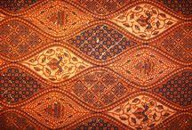 Batik / Meskipun pembatikan dikenal sejak jaman Majapahait namun perkembangan batik mulai menyebar sejak pesat didaerah Jawa Tengah Surakarta dan Yogyakata, pada jaman kerajaan di daerah ini. Hal itu tampak bahwa perkembangan batik di Mojokerto dan Tulung Agung berikutnya lebih dipenagruhi corak batik Solo dan Yogyakarta