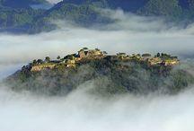 武田城(Takeda Castle) / 兵庫県朝来市にある竹田城跡。 竹田城は「日本のマチュピチュ」や「天空の城」のニックネームで知られる戦国時代の山城。 毎年9月から11月にかけて、早朝に真っ白な霧で包まれることがある。