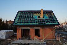 Projekt domu Małgosia / Projekt domu Małgosia to jednorodzinny domek parterowy z poddaszem użytkowym, dla rodziny cztero-sześcioosobowej. Dom Małgosia zbudowany został na planie kwadratu 9,5x9,5 m, przekryty dwuspadowym dachem. Istotą projektu jest prostota bryły w połączeniu z dobrze dobranymi proporcjami i ciekawym detalem.