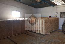 Projectos Realizados / Casa com 47m2 em Santarém, Portugal. Realizada com os painéis da palha prensada.  Montagem rápida. Os revistimentos podem ser diversos, tais como argamassas naturais, madeira, placas de cortiça, etc..