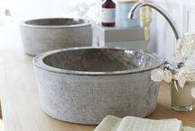 Les vasques de la salle de bain / Sublimez la salle de bain avec une touche authentique et naturelle avec des vasques en pierre naturelle, en terrazzo ou en marbre.