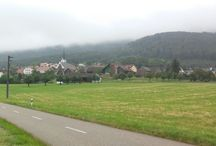 Wolkenverhangen / Uriges Dorf in der Schweiz ist Wolken verhangen mit Nieselregen