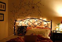 Inspiração cama de ferro / Hello, lindas! Quem aqui adora as camas de ferros que compõe detalhes de florzinhas, traços algumas são coloridas outras pretas? Trouxe um post recheado dessas belezuras e que servem de inspiração para quem está pensando em deixar seu quarto mais fofo e aconchegante: