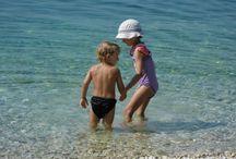 Gradac / Gradac vyniká zejména krásnými dlouhými oblázkovými plážemi s pozvolným vstupem do moře, které patří k nejhezčím v celé Dalmácii. Zvláště oblíbená je písčoto-oblázková pláž Gornja Vala, která se nachází na jižním okraji letoviska.