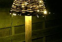 Havelygter og julelys / Træt af at man hvert år skal sætte julelys op i haven og tage dem ned igen. Næste år kan man så ikke finde dem. Så nu skifter de bare facon.  Om vinteren bliver de sat på træet og resten af året er de rullet op og benyttes som havelygter.  Nemt man skal bare bruge en urtepotte eller en urtepotte holder og gemme dem bag.