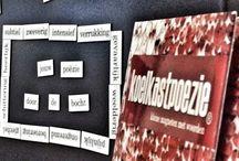 Koelkastpoëzie Fontys Hogeschool Journalistiek / Docenten en studenten van Fontys Hogeschool Journalistiek maken in de mediatheek een gedicht met de magneetjes van #Koelkastpoëzie