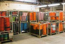 Factory Tour: Le Creuset / Le Creuset fue fundada en 1925 en la ciudad de Fresnoy - Le Grand, en el norte de Francia, por dos industriales belgas - Armand Desaegher (un especialista en la fundición) y Octave Aubecq (un especialista en el esmaltado). Nuestra primer fábrica continúa laborando hasta la fecha.